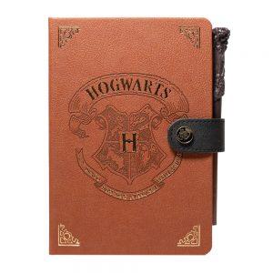 Agendă premium Harry Potter Hogwarts, A5, 90 de file, copertă din piele, inchidere cu capsă, buzunar interior si Pix cadou, produs licențiat